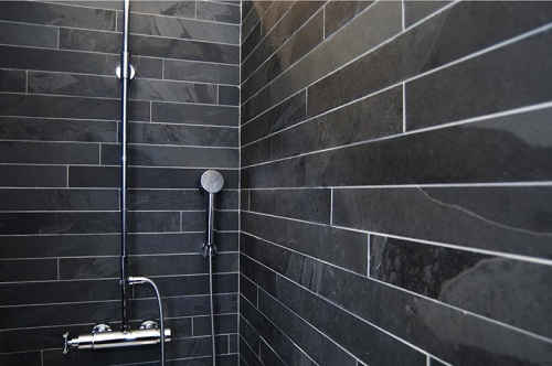 tegelstroken en steenstrips de laatste trend op badkamer tegel gebied